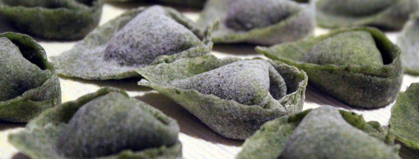 Balanzoni verdi con ripieno di mortadella sul tagliere