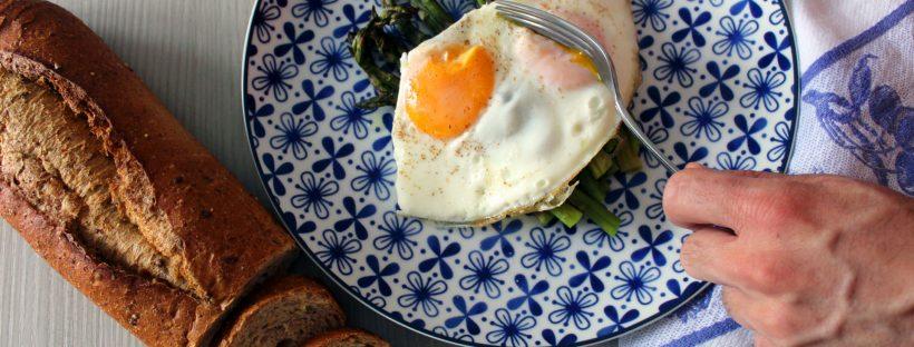 Uova asparagi e pane integrale